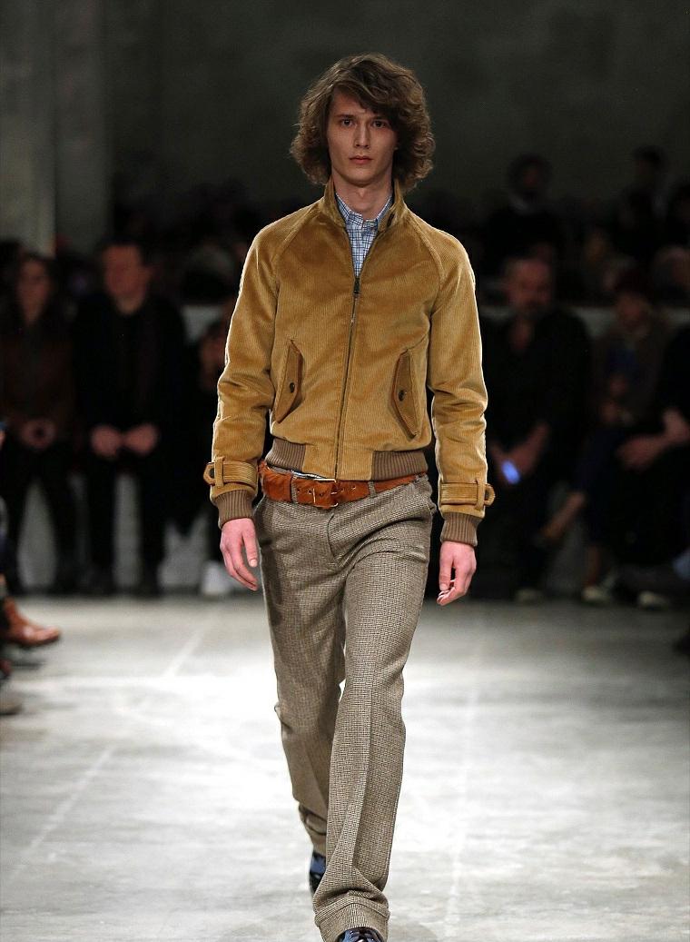 Outfit uomo con pantaloni di colore grigio e giacca marrone velvet con tasche