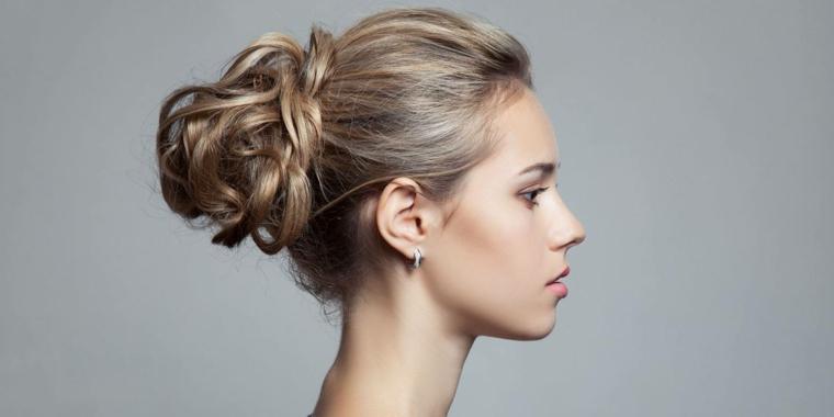 una proposta per capelli raccolti in uno chignon morbido, capelli lunghi biondo cenere