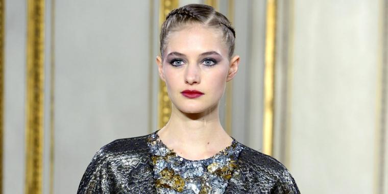 un'idea di raccolto capelli tirato con due trecce ai lati, occhi azzurri e rossetto rosso