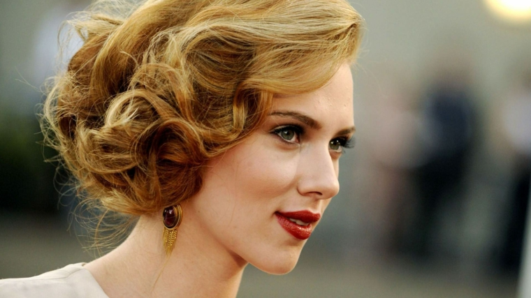 una proposta per realizzare dei capelli legati morbidi, anni '50, rossetto rosso e orecchini dorati