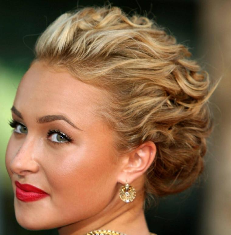 una proposta per acconciature raccolte ondulate, capelli biondi, occhi verdi e rossetto rosso