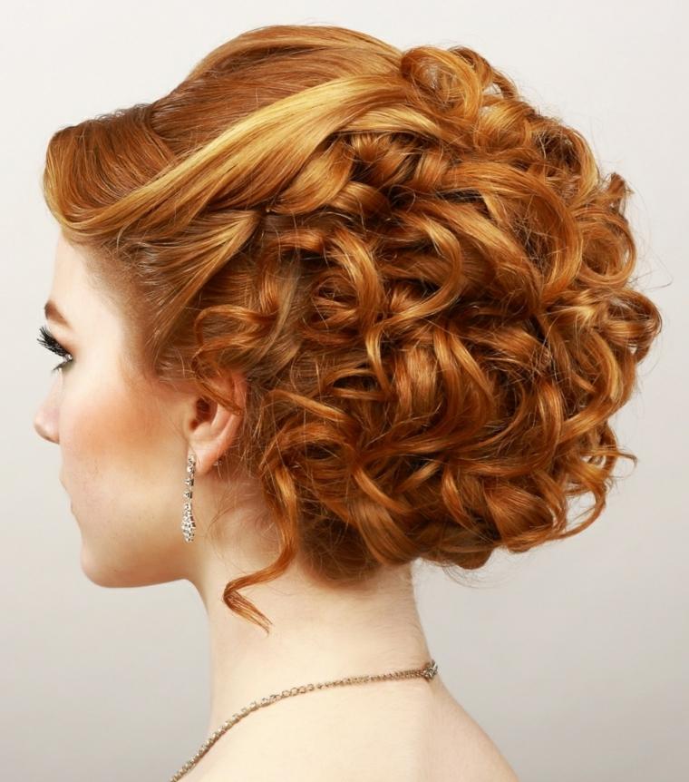 una ragazza con i capelli rossi con un esempio di acconciature capelli raccolti morbidi e ondulati