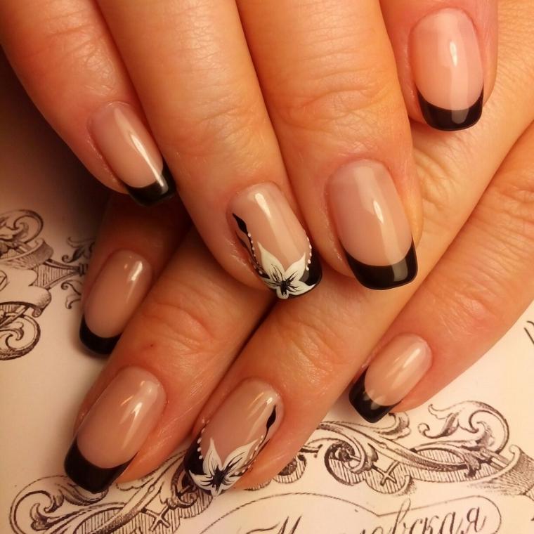 French manicure di colore nero lucido, disegno fiore bianco sul dito anulare