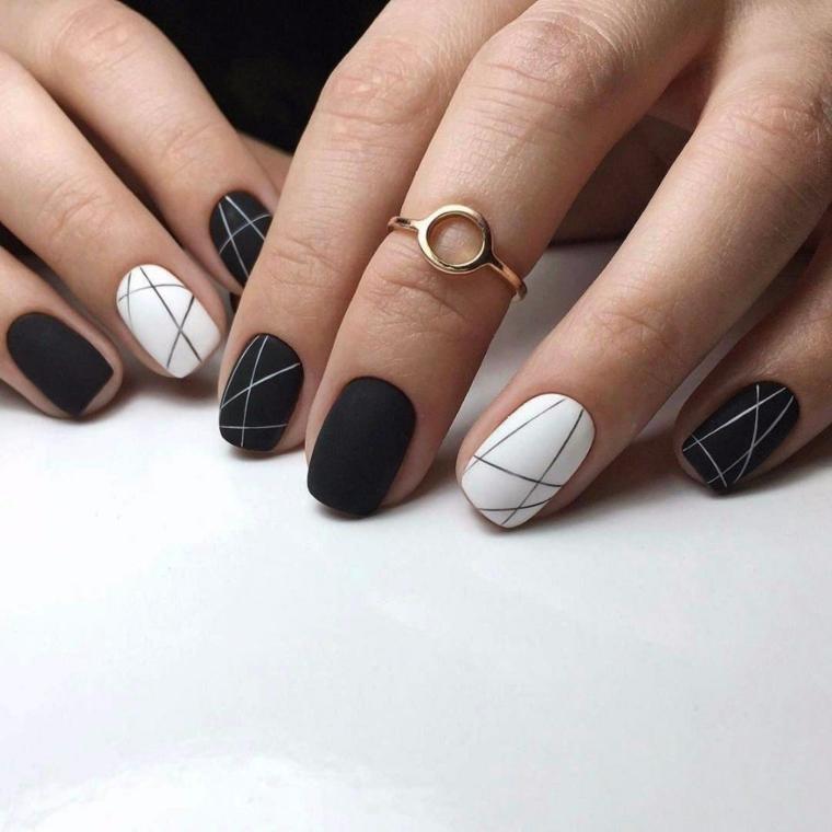 Unghie nere opache, accent nail smalto bianco con linee geometriche color argento, anello oro moderno