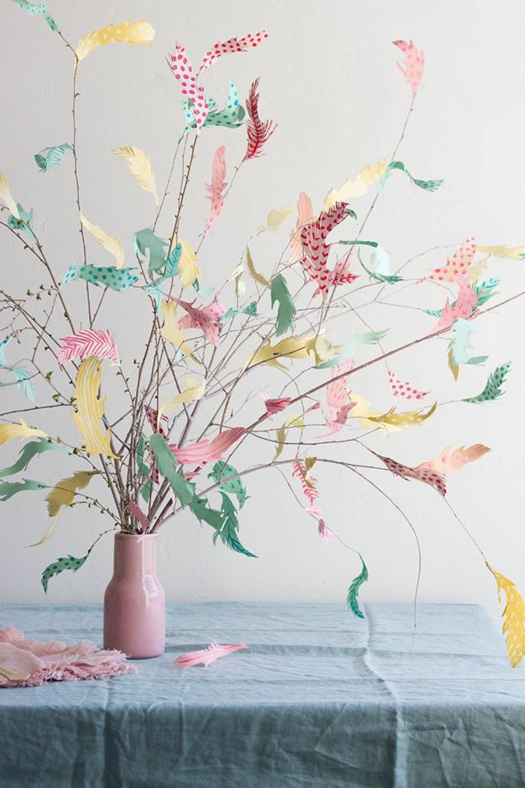un'idea per degli addobbi di pasqua fai da te creati con dei rami e delle piume di carta colorate