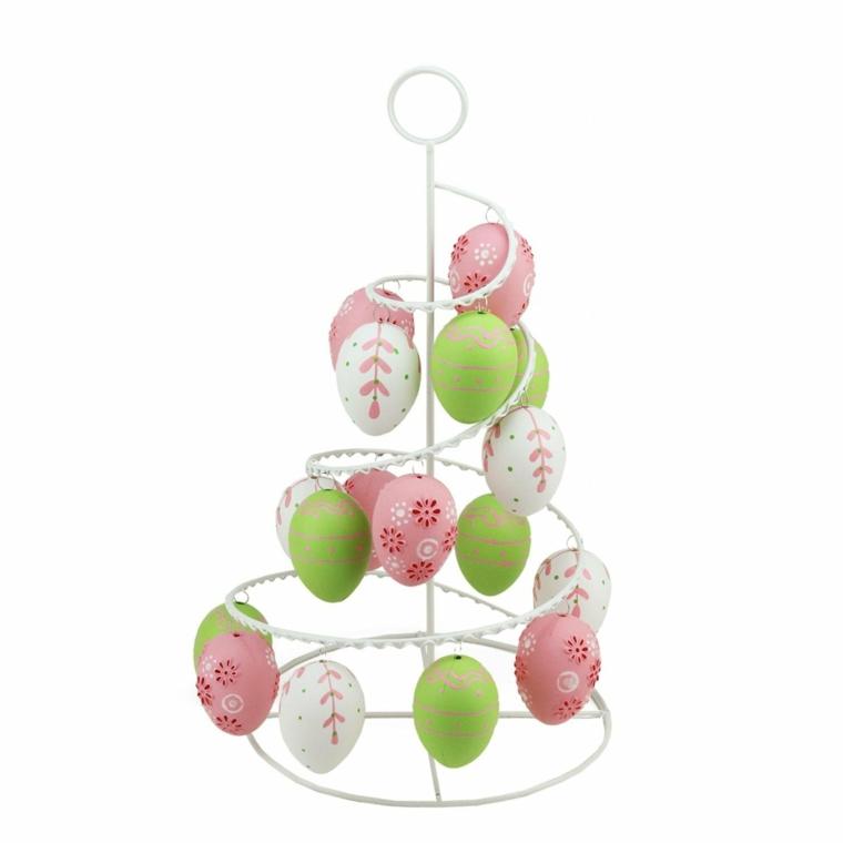 un modo creativo per creare l'albero pasquale con un porta uova bianco e uova decorate