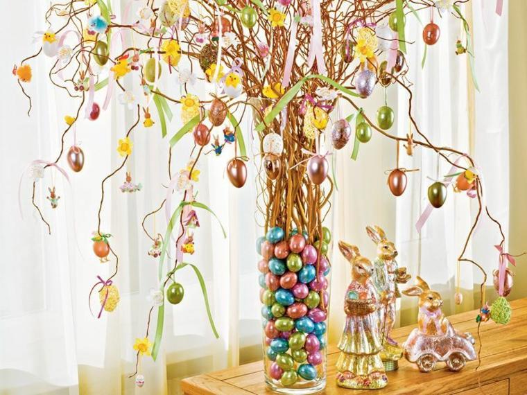 dei coniglietti e un albero di pasqua idee con tanti ovetti colorati in un vaso di vetro
