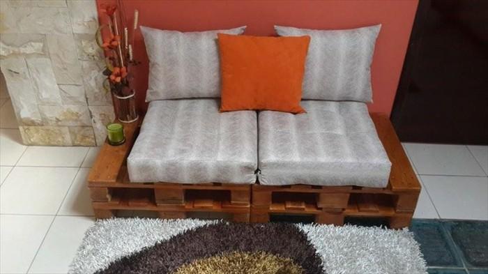 Arredamento divano bancali di legno, decorazione con tappeto e materassini piccoli