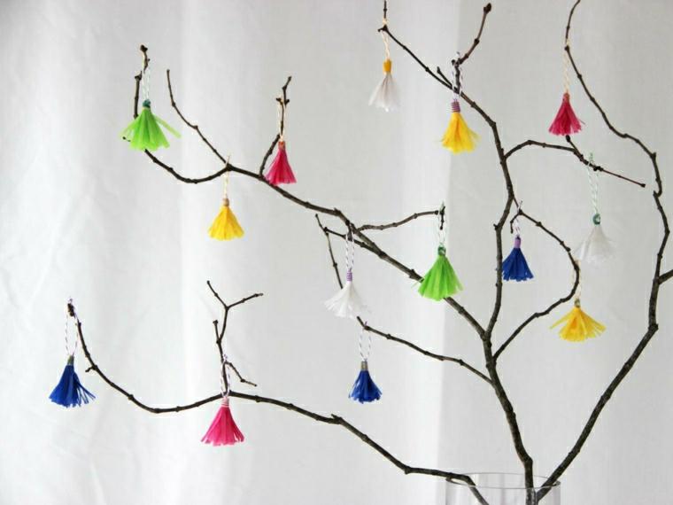una proposta per alberi di pasqua originali creati fai da te con addobbi in carta crespa colorati