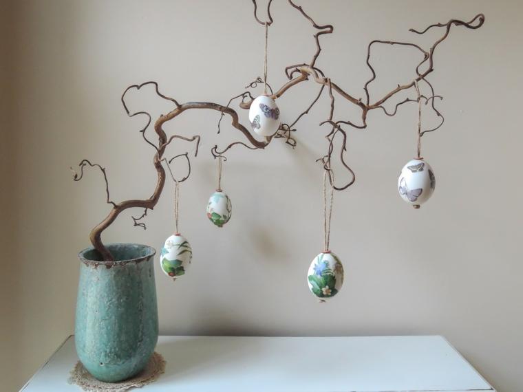 una proposta per albero di pasqua idee in stile rustico con uova decorate e vaso azzurro