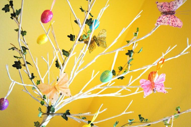 un esempio di albero pasquale bianco decorato con uova e farfalle colorate