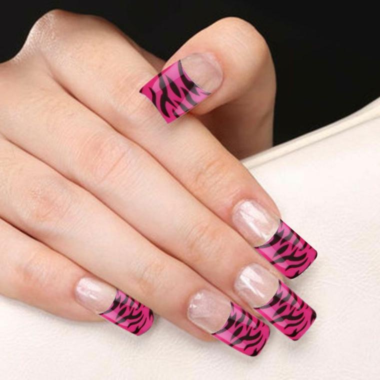 una manicure fench unghie molto originale con una fantasia zebrata rosa e nera