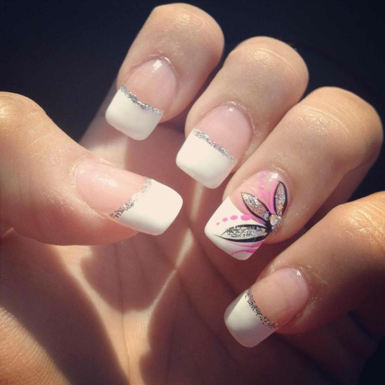 una proposta per french unghie gel con una linea di glitter e anulare decorato con un fiore