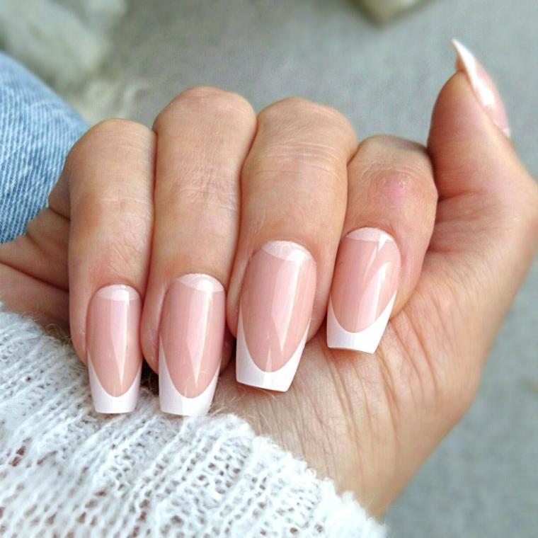 una manicure unghie gel french bianche dalla forma particolare con base rosa carne