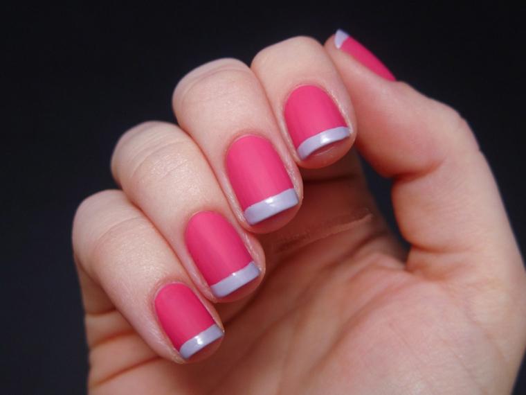 una manicure per unghie french colorata con riga grigia e base rosa ciclamino opaca