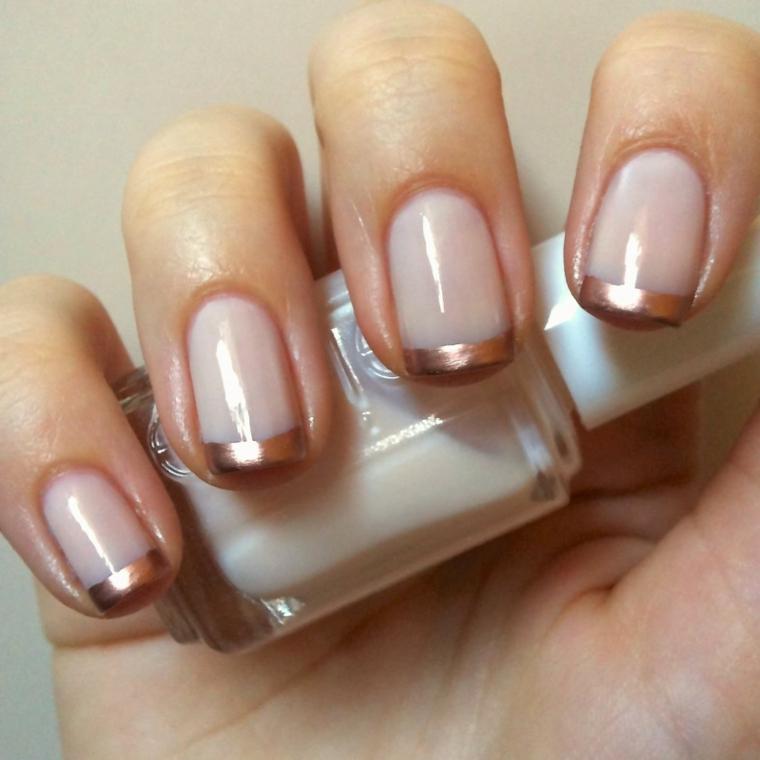 una proposta per realizzare delle french unghie diverse dal solito grazie alla riga dorata