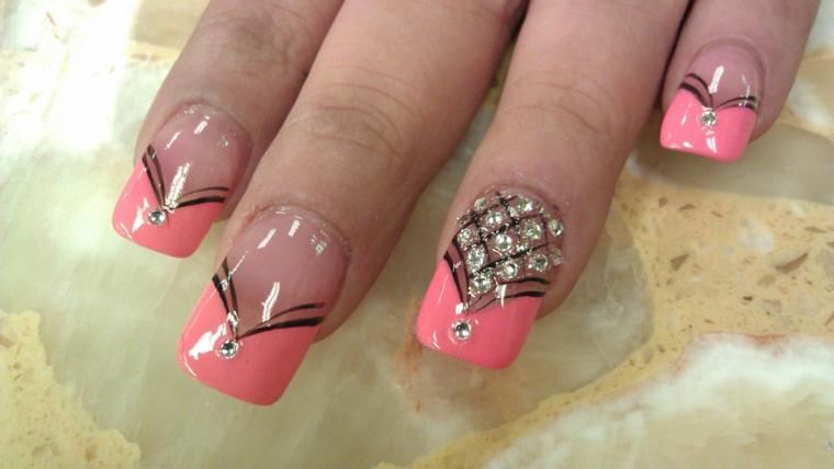 una proposta di unghie french colorate con riga spessa rosa pesca e delle decorazioni fini nere e brillantini