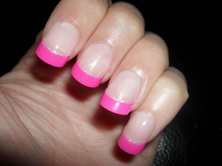 una proposta di french unghie immagini perfetta per l'estate con riga rosa e argento sottile