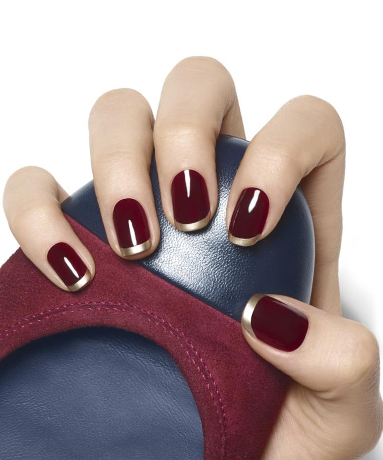 una proposta per french unghie ideale per l'inverno con smalto bordeaux lucido e riga oro