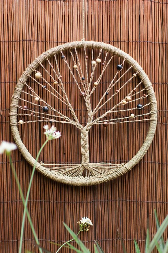 un esempio per come fare un acchiappasogni con una corda che forma un albero e delle perline