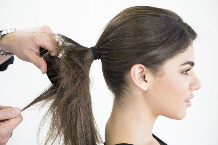 una ragazza con pettinature capelli raccolti in una coda di cavallo,capelli lisci e castani