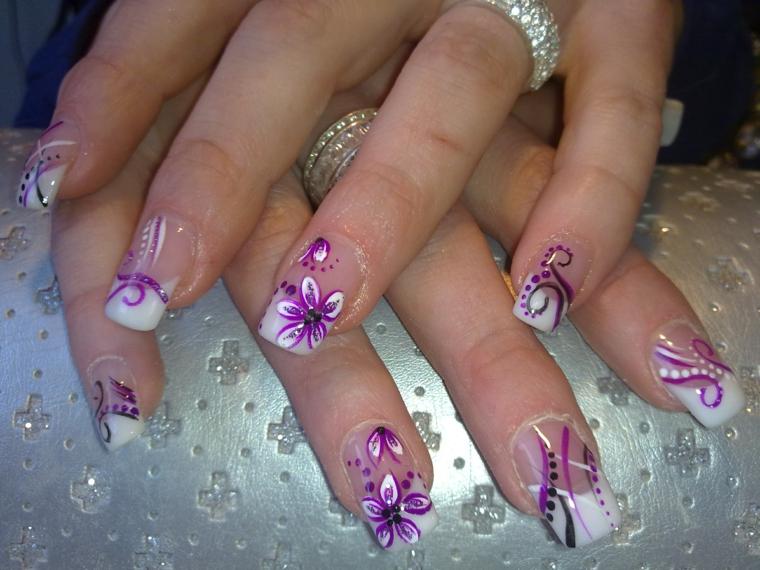 una manicure french particolari dall'effetto elegante grazie alle decorazioni viola e bianche