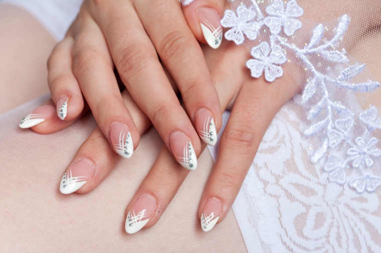 una proposta per gel unghie french da sposa a stiletto con decorazioni raffinate