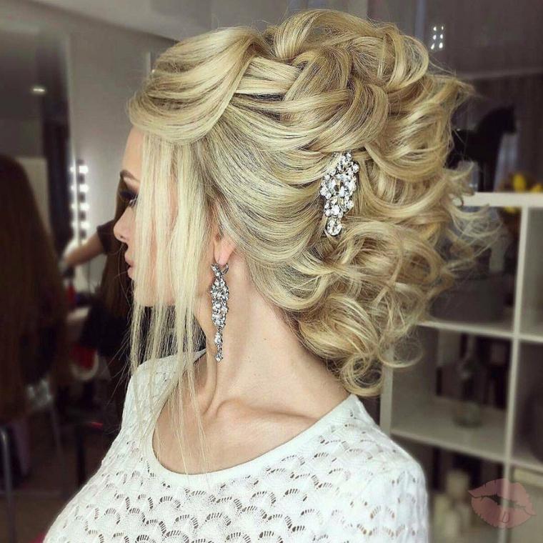 una proposta di pettinature capelli raccolti ideali per una sposa, con fermaglio e orecchini di brillanti