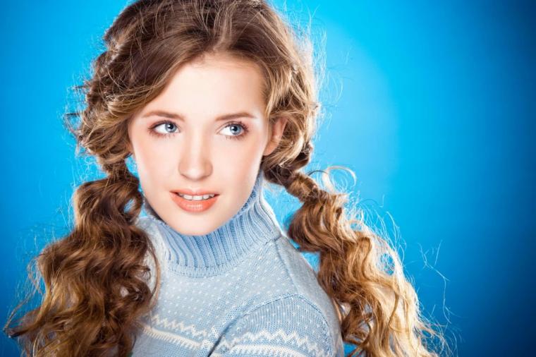 una ragazza con i capelli raccolti in due codini, capelli lunghi e ondulati