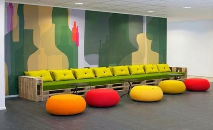 Arredamento con bancali, mobili in legno per il soggiorno, decorazione con tanti cuscini