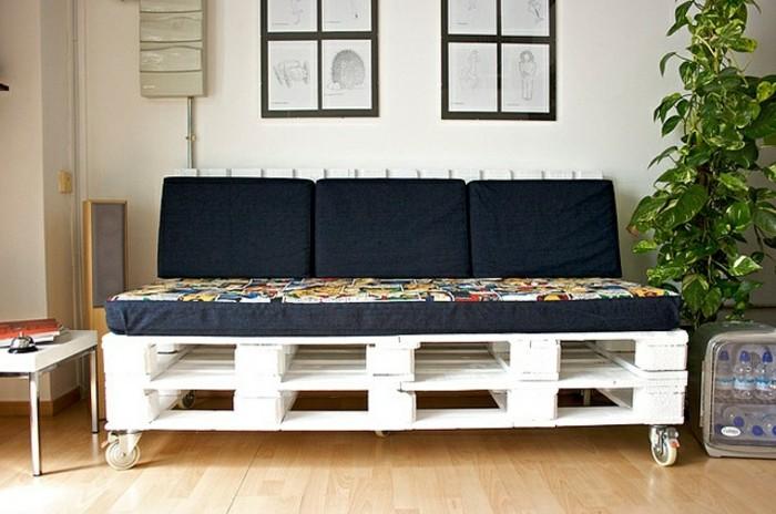 Idea per arredamento soggiorno con divani in pallet, materasso di colore nero con motivi