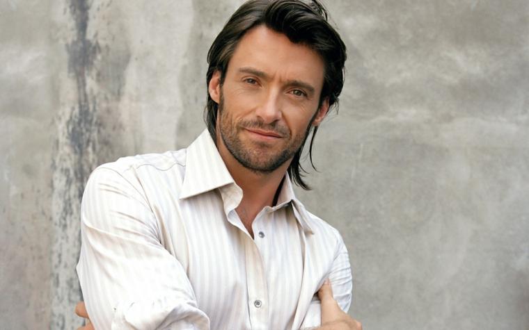 una proposta per taglio capelli maschile di media lunghezza, lisci e castani, camicia a righe