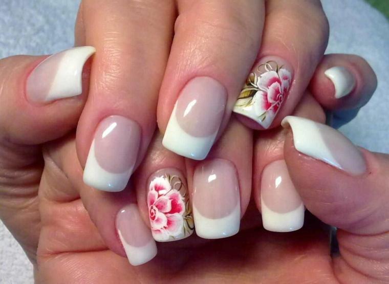 una manicure french unghie colorate solo sull'anulare dove spicca un fiore rosso e bianco