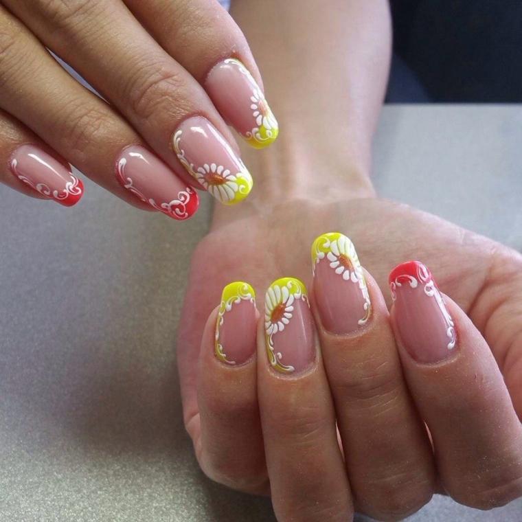 una manicure con french unghie con colori accesi, rosso e giallo, decorazioni bianche
