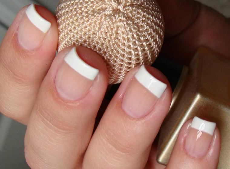 una proposta per gel unghie french tradizionale con la riga bianca di medio spessore