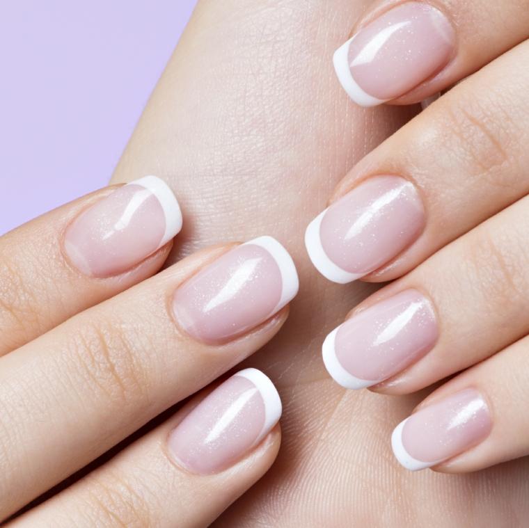 una manicure french unghie gel in stile tradizionale con l'unghia arrotondata e la linea bianca sottile