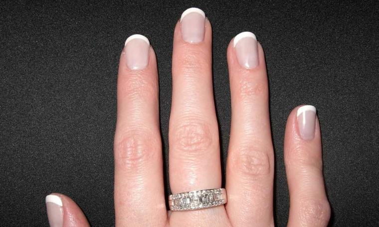 una manicure gel unghie french tradizionale con unghie di una lunghezza medio-corta