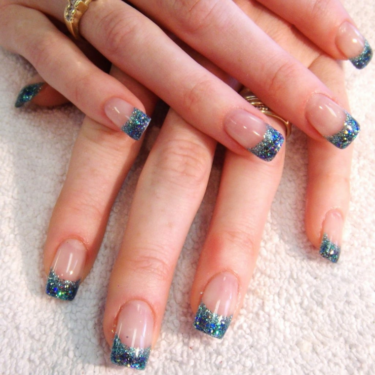 una manicure unghie french colorate realizzata con dello smalto blu con dei brillantini