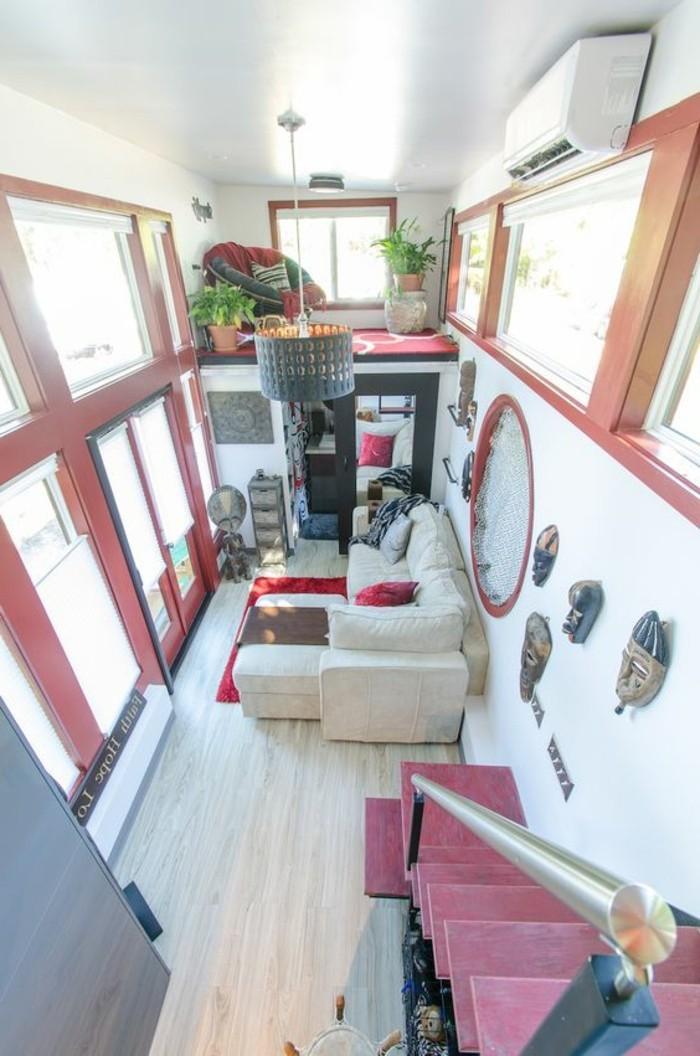 Idea per arredare un salone moderno con mobili di colore chiaro e accenti in rosso