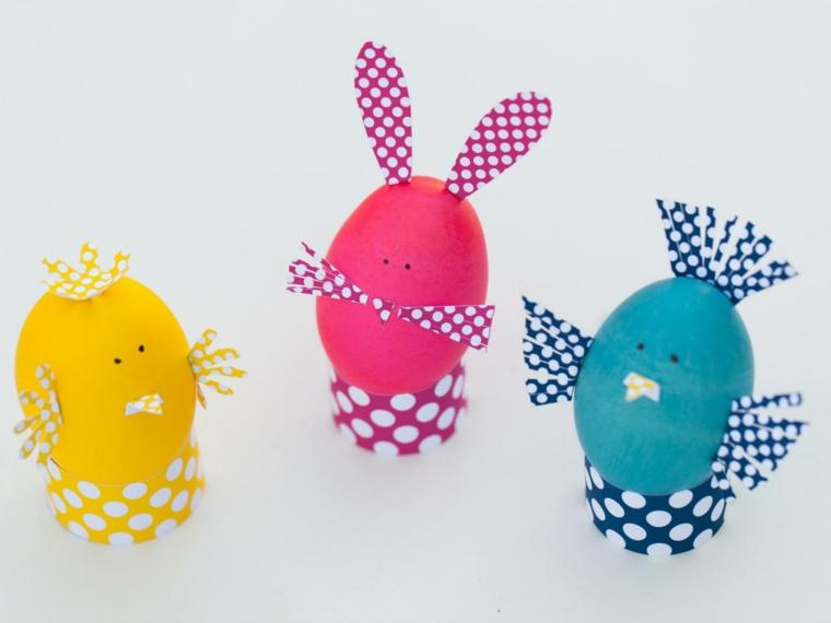 un'idea per uova di pasqua da colore e da trasformare in pulcino e coniglio con delle applicazioni in stoffa