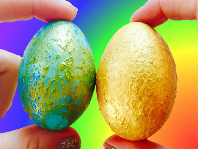 un esempio di addobbi pasquali realizzati con delle uova colorate e decorate di oro