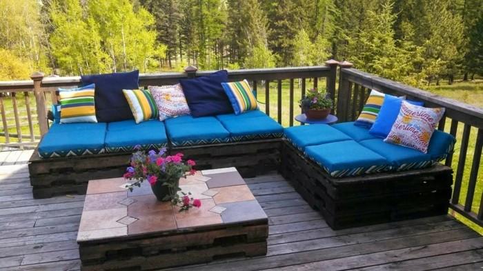 Idee DIY per l'arredo del terrazzo,pallet divano di colore nero con tanti cuscini