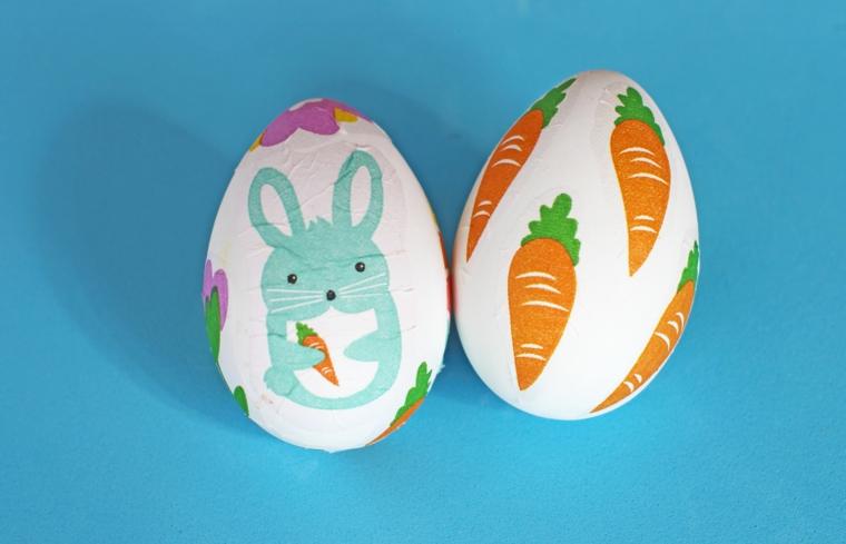 due idee per uova di pasqua da colorare e decorare con delle carote e un coniglietto azzurro