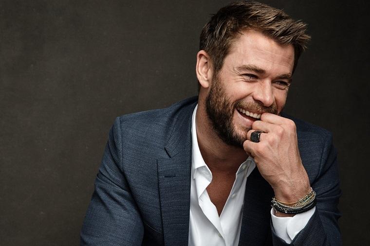 Chris Hemsworth, attori americani giovani, vestito elegante con camicia bianca e giacca