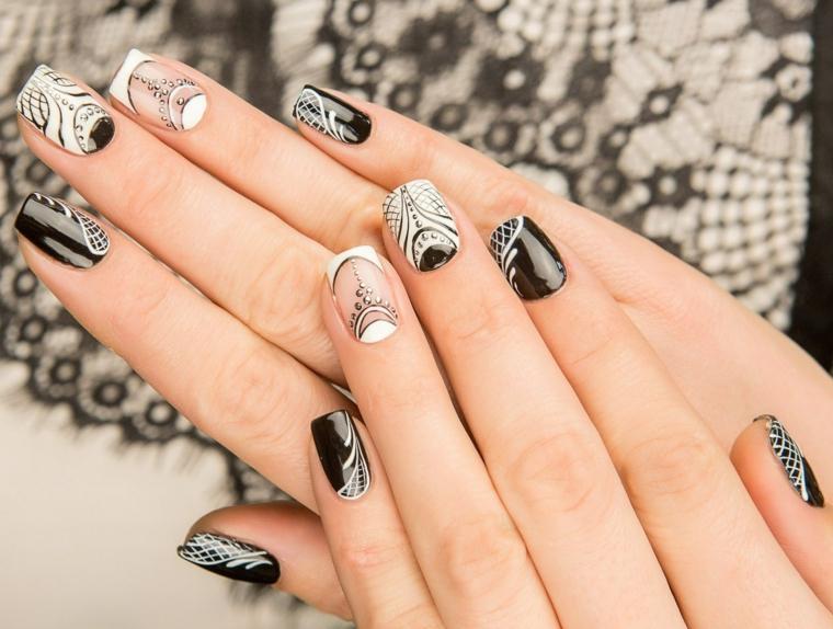 Abbinamento colore smalto nero e bianco, unghie lunghe, disegni mandala e pizzo