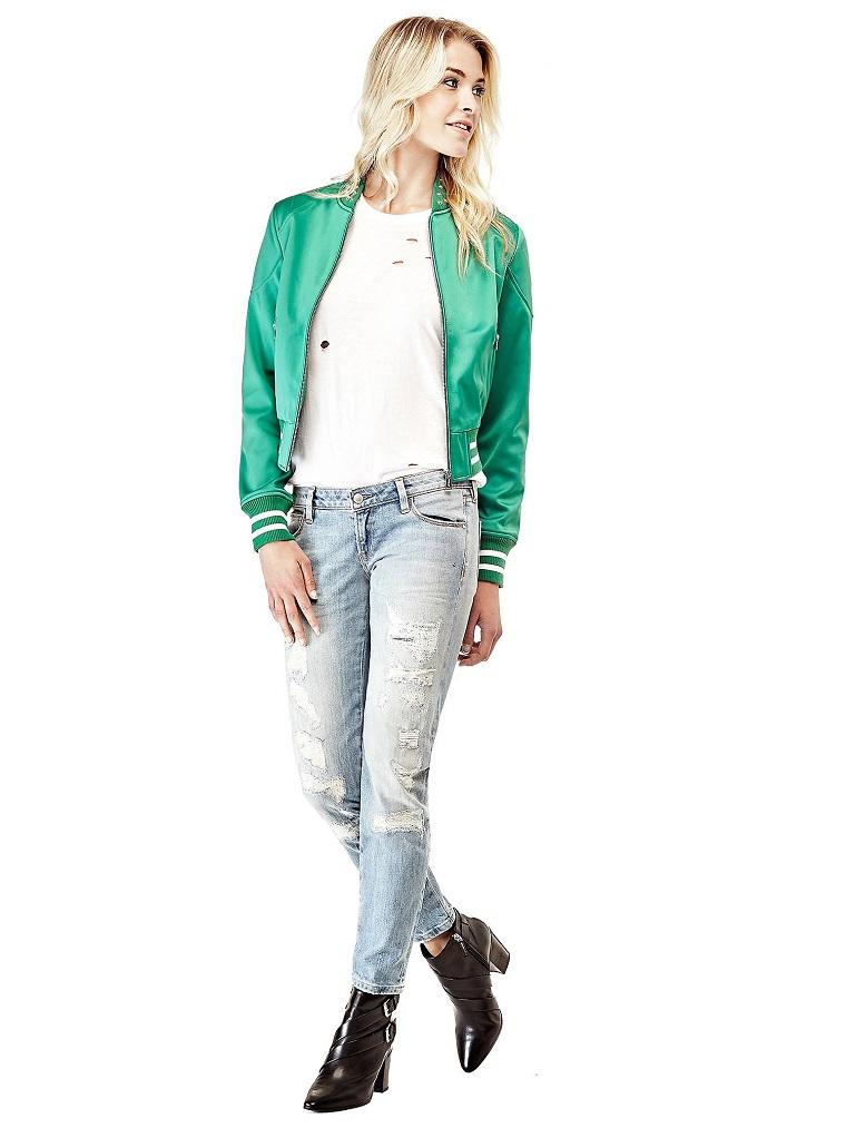 Jeans con strappi di colore chiaro e bomber verde, stivaletti neri eleganti