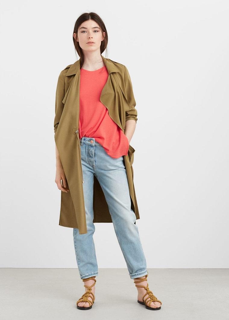 Abbinamento colori vestiti per donna, jeans vintage con trench di colore verde oliva
