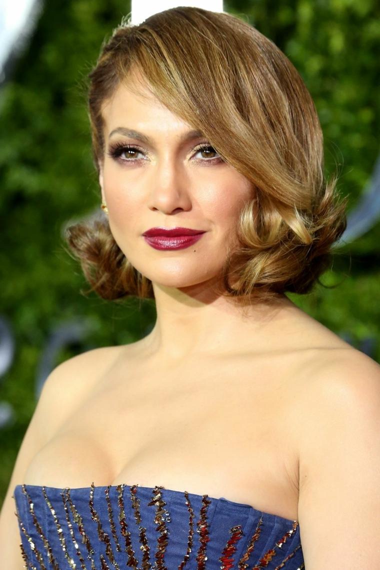 Caschetto lungo per Jennifer Lopez e un'acconciatura stile anni '50, colore castano con riflessi biondi