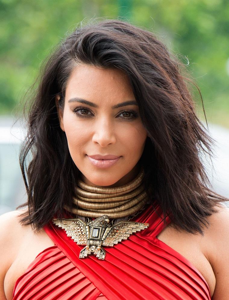 I capelli di Kim Kardashian, colore castano naturale e un taglio medio lungo