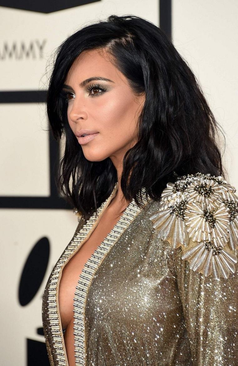 Long bob mosso di Kim Kardashian, colore capelli neri intenso in abbinamento ad un vestito elegante grigio